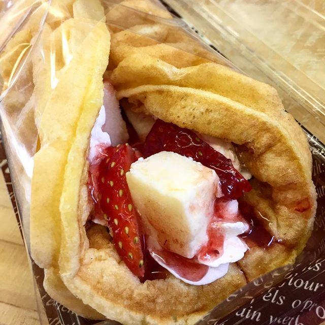 おはようございます❣️.本日、2月27日月曜日も通常営業しています♪.とちおとめとチーズケーキのロールワッフル.間違いなしの美味しさですょ〜♪.今日も美味しいワッフル&ナポリタンを作ってお待ちしています❣️..#オリオンスイート #ワッフル #ベルギーワッフル #ナポリタン #いちご #いちご #とちおとめ #チーズケーキ #ショコラ #栃木 #宇都宮 #カフェ #ランチ #ブランチ #コーヒー #紅茶 #アフタヌーンティー #フルーツ #スイーツ #ブルーベリー #バナナ #アイス #ソフトクリーム #ORIONSWEET #cafe #pasta #waffles #coffee #tea