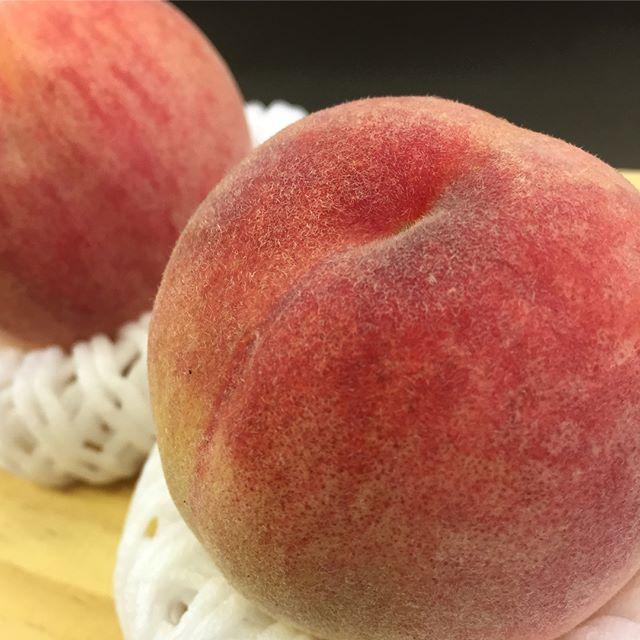 ..おはようございます❣️.本日、8月2日水曜日も通常営業しています♪.まだまだ、今年は桃が美味しいですょ〜♪.大人気の季節限定のピーチワッフル.サクッと焼いた生地のワッフルにトッピングでも❣️柔らかい生地のサンドワッフルやロールワッフル、ワッフルボンボン、ワッフルパフェ全てのワッフルメニューでお召し上がり頂けます❣️.今日も美味しいワッフル&ナポリタンを作ってお待ちしています♪..#オリオンスイート #ワッフル #ベルギーワッフル #ナポリタン #パスタ #ワッフルボンボン #桃 #ピーチ #ブルーベリー #マンゴー #栃木 #宇都宮 #カフェ #レストラン #ランチ #アフタヌーンティー #デリスタグラマー #インスタ映え #orionsweet #waffles #cafe #lanche #delistagrammer #pasta #peach #bonbon #blueberry