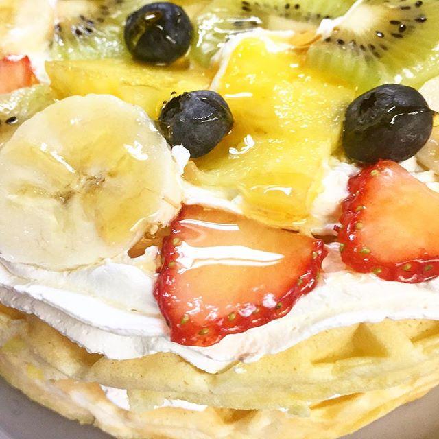 .おはようございます.本日、2月9日金曜日も通常営業しています❣️.フルーツをたっぷりと乗せたフルーツオープンワッフル.見た目は最高️..お味は幸せ〜.な一品です.今日も美味しいワッフル&ナポリタンを作ってお待ちしています♪..#オリオンスイート #ワッフル #ベルギーワッフル #ナポリタン #フルーツオープン #とちおとめ #バナナ #ブルーベリー #パイナップル #キウイ #栃木 #宇都宮 #カフェ #ランチ #ディナー #アフタヌーンティー #女子会 #デリスタグラマー #インスタフード #インスタグラマー #インスタ映え #orionsweet #waffles #cafe #lunch #pasta #strawberry #blueberry #instagood #instafood