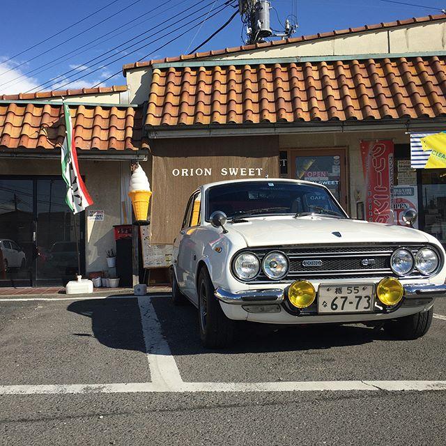 .お友達がベレットでご来店です♪.今日は天気も良く暖かな日差しがあるドライブ日和です♪.旧車でのご来店大歓迎のオリオンスイートです..#オリオンスイート #ワッフル #ナポリタン #栃木 #宇都宮 #カフェ #旧車 #クラシックカー #いすゞ #ベレット #gtr #ツインカム #dohc #classiccar #isuzu