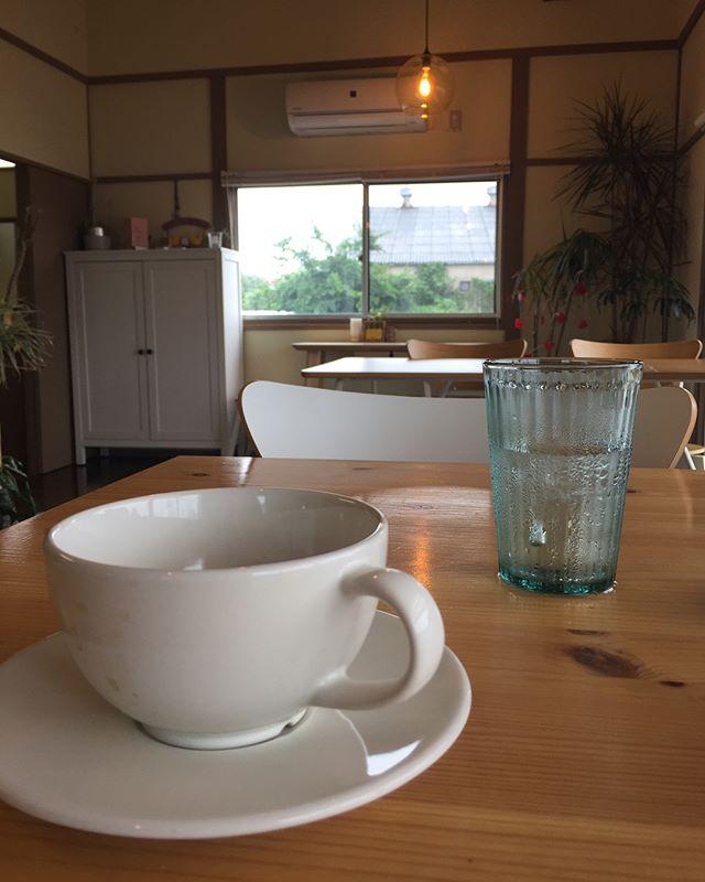 .朝カフェ来ています️.朝メニューを始めたusw.厚切りトーストにキッシュ付き.お腹空いていたので、トースト&キッシュは食べちゃいました.トーストにキッシュを載せて.雨が降りまったりした時間が流れています️..#cafe #usw #undsoweiter #朝カフェ #トースト #キッシュ